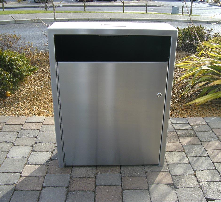 Front view of Kents Arsenal litter bin